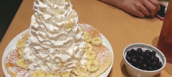 エッグスンシングス 心斎橋店 バナナ、ホイップクリームとマカデミアナッツのパンケーキ