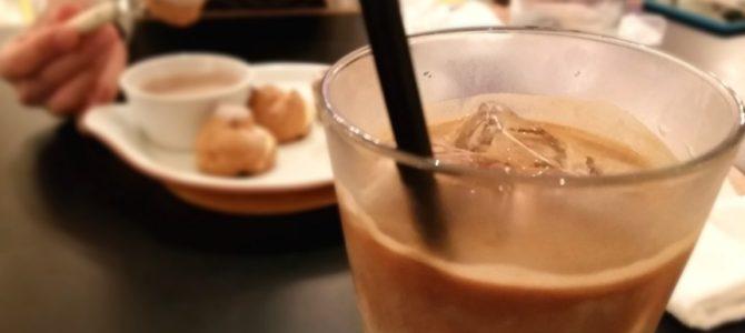 シャンデリアテーブル アイスカフェラッテとプチシューのフォンデュソース