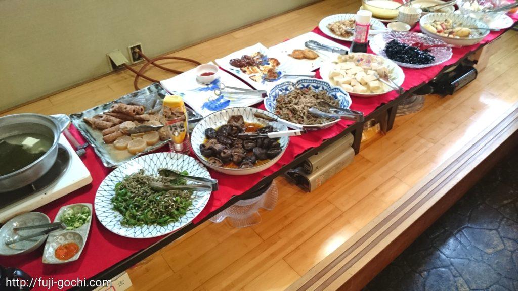 並ぶ大皿料理