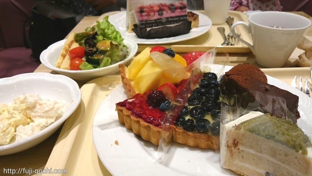 テーブルのタルトやケーキ