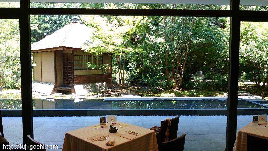 茶室のあるお庭を臨む